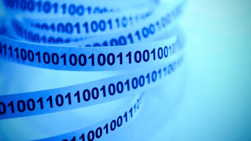Einser und Nullen auf einen Etikettenband stehen für eine Cloud-Lösung