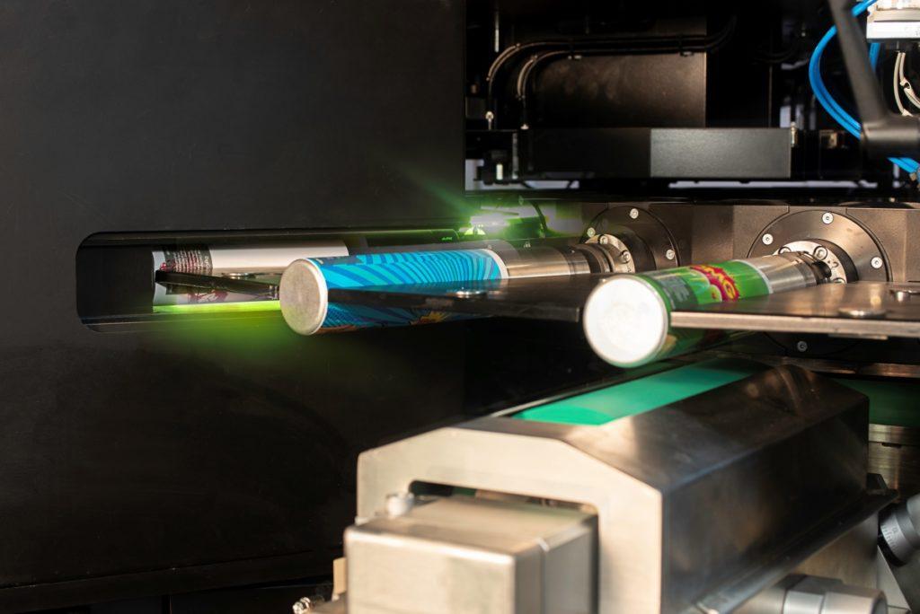 Drei Dosen werden im Digitaldruck maschinell bedruckt