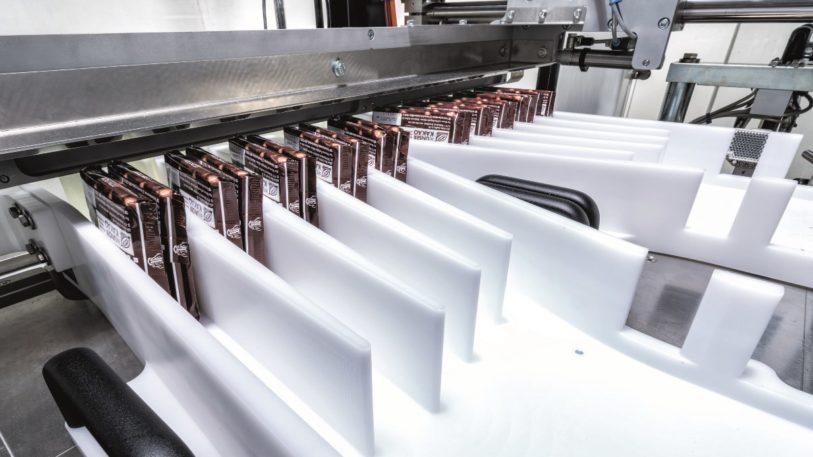 Ritter Sport Schokoladentafeln werden auf einem vorformatierten Gruppentisch sortiert