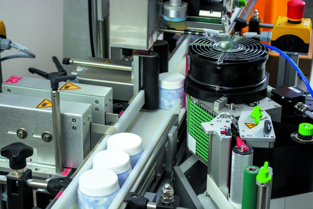 Etikettierer mit Kunststoffbehältern