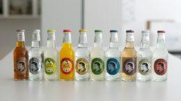 Ein Reihe von Glasflaschen mit verschiedenen Getränken von Thomas Henry