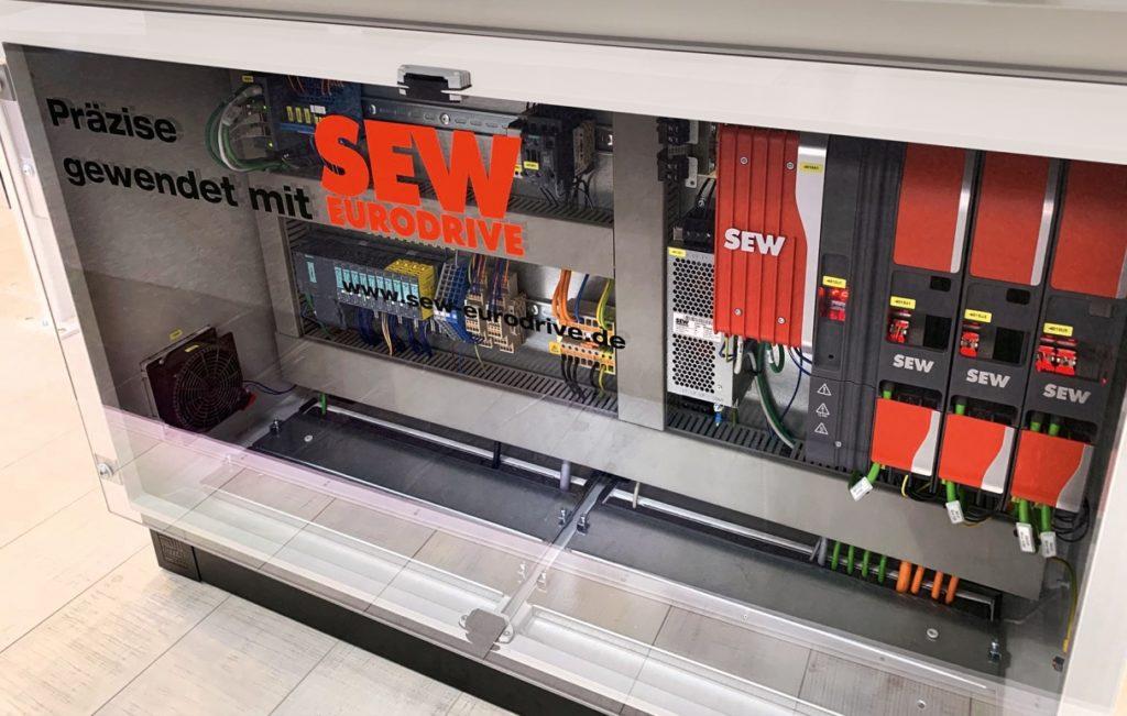 Blick in einen Schaltschrank mit Modulen von SEW-Eurodrive