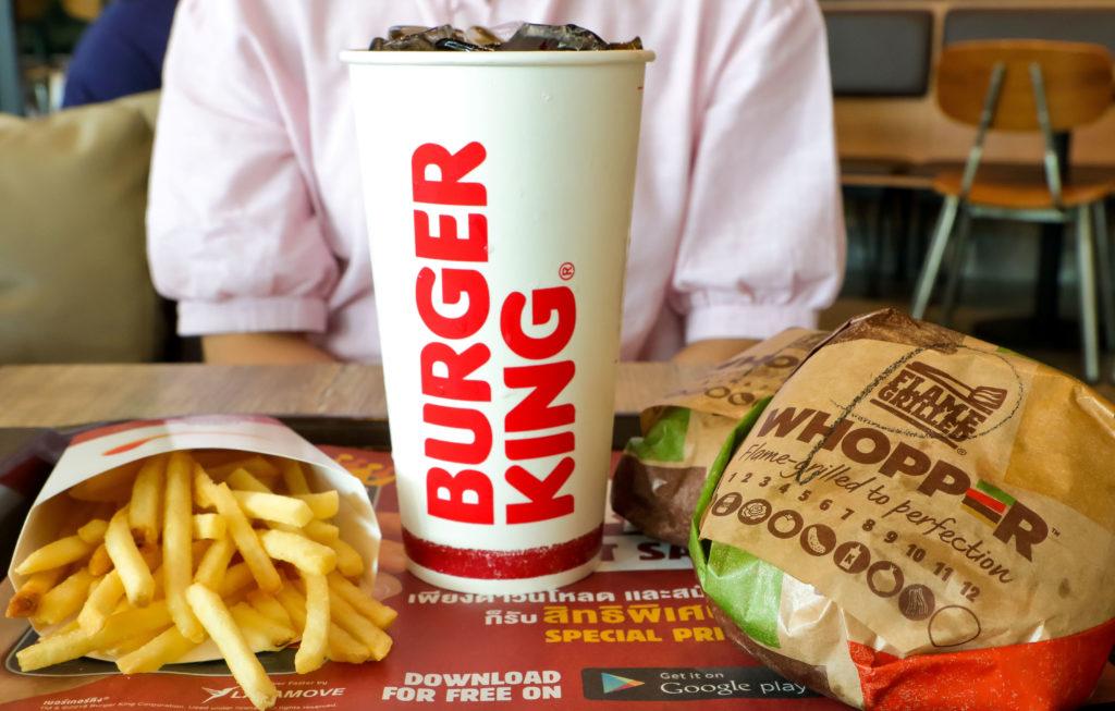 Verpackungen eines Burger King Menüs auf einem Tablett