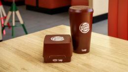 Wiederverwendbare Verpackung von Burger King auf einem restauranttisch