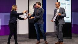 Jurymitglied Dr. Petra Seebauer (Geschäftsführerin der EUROEXPO Messe-und Kongress-GmbH und Mitherausgeberin des Fachmagazins LOGISTIK HEUTE; 3.v.r.) übergibt den Smart Solution Award an Marcus Schindler (Mitte) und Jörg Brenner (Rechts), beide Geschäftsführer der Schubert Additive Solutions GmbH