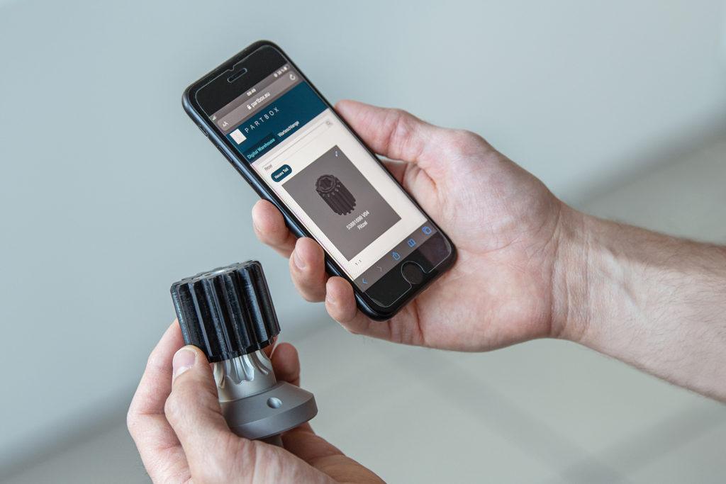 Mit seiner PARTBOX sorgt Schubert Additive Solutions dafür, dass der 3D-Druck on demand für Industriekunden aus allen Bereichen Realität werden kann. Über die Plattform lassen sich zertifizierte Printjobs mit einem Klick sicher abrufen.