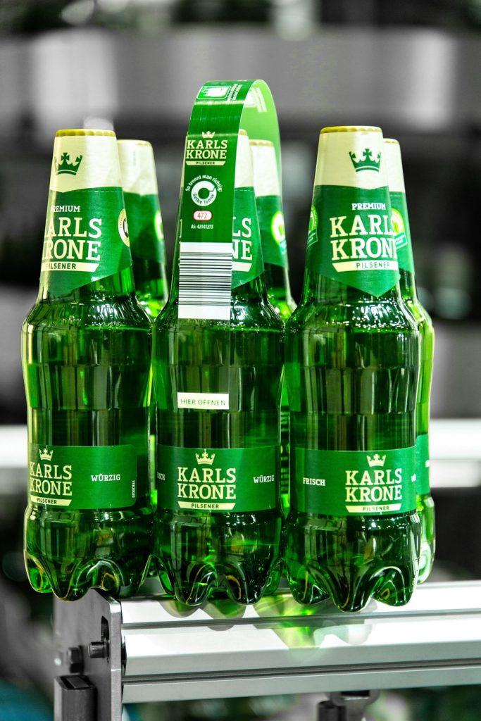 Getränkeverpackung Sixpack hält mit Klebepunkten zusammen