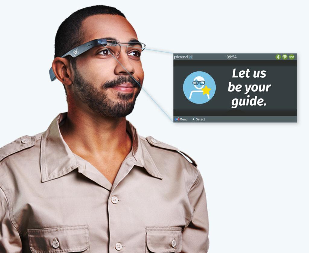 Mann mit Pick-by-vision Datenbrille