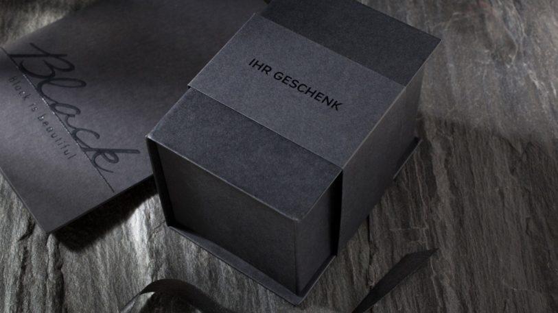 ecoblack ist schwarzes Recyclingpapier veredelt zu einer Faltschachtel