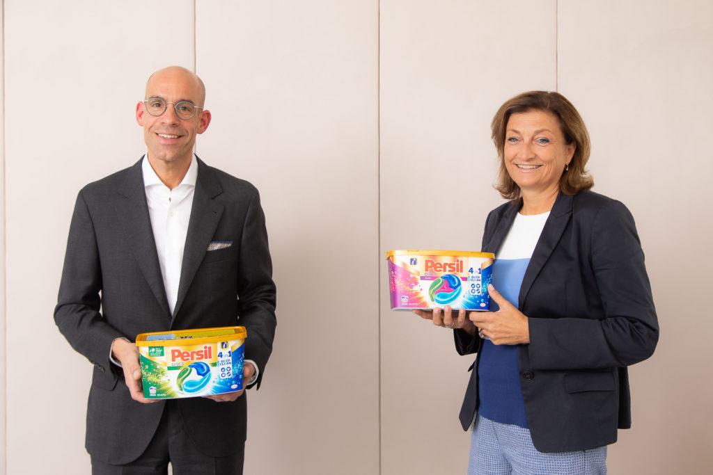 zwei Personen mit prämierten Persil Kartons