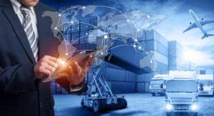 Mann mit Tablet vor Containern, LKW und Flugzeug