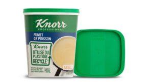 Kunststoffbecher aus zirkulärem Polymer mit Bouillon von Knorr mit Pappbanderole