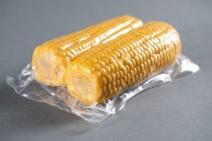 Die Verbundfolie allflex UHT eignet sich zum hygienischen Sterilisieren von beispielsweise Mais.