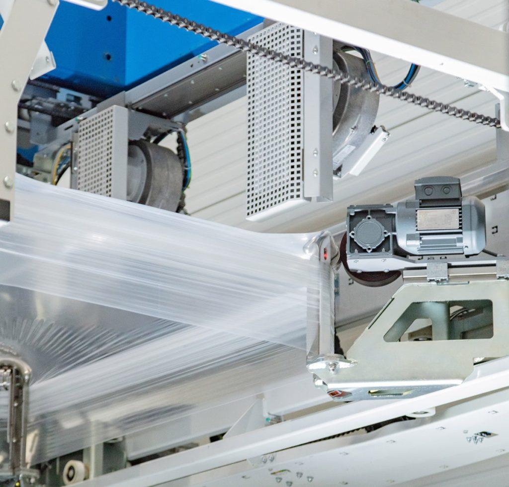 Die Maschine überzieht die Produkte mit einer sicheren Stretchhaube.