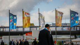 Messegelaende Duesseldorf mit verschiedenen Fahnen, K 2022