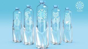 Asymmetrische Form, kunstvolles Design: Die Flasche NUUK aus 100 Prozent rPET hebt sich im Supermarktregal deutlich ab.