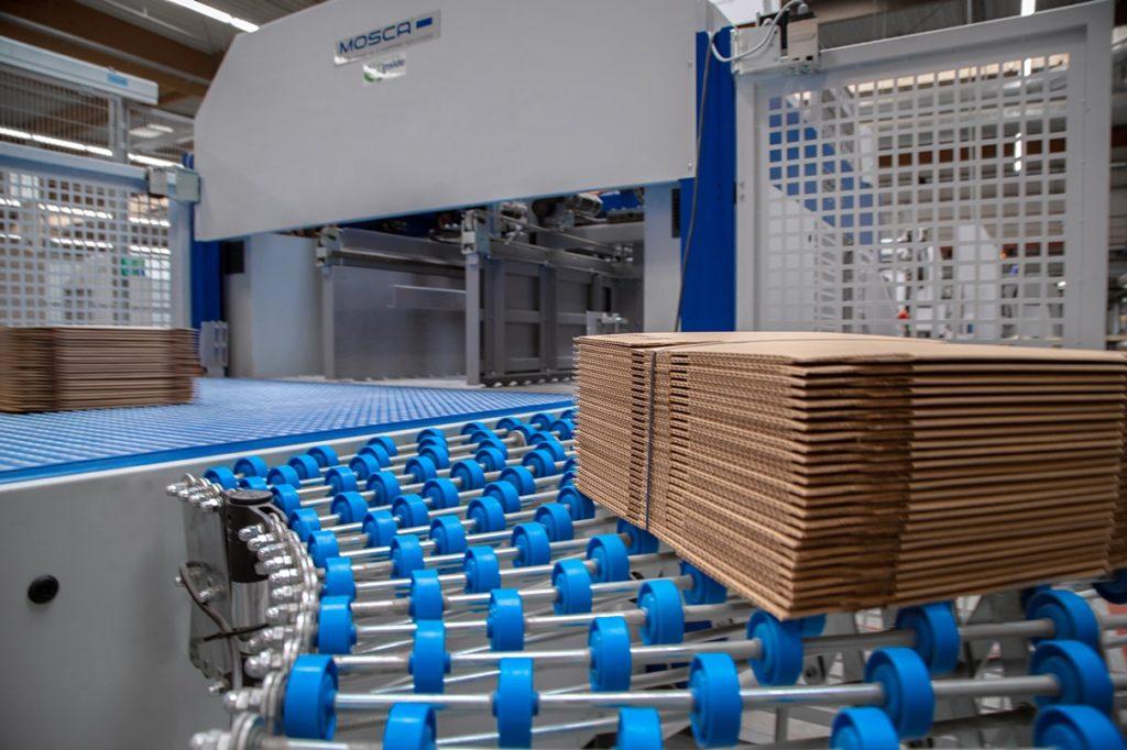 Wellpappeprodukte, die festgelegte Qualitätsstandards nicht erfüllen, werden von der Maschine über einen Kugelkettenförderer vollautomatisch aussortiert.