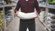 Mann mit Papiersack GemPSI Branchenbarometer 2021