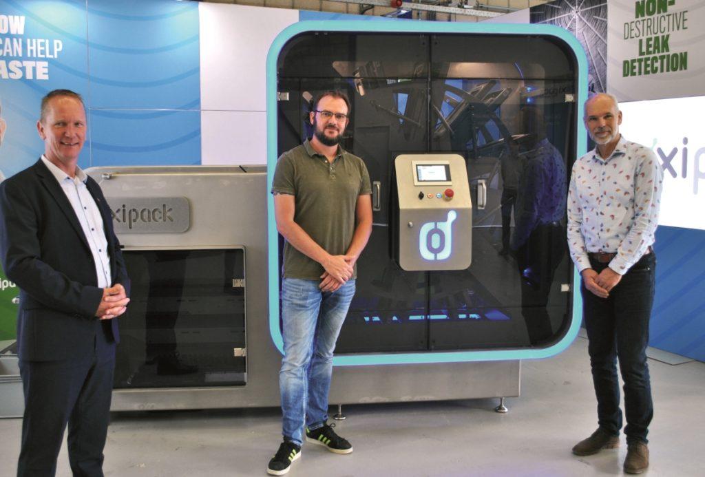 Wico Reineman von B&R (l.), Pim Jobse von Oxipack (Mitte) und Wardo Dietrich (r.) von der Machinefabriek Geurtsen präsentieren die neue Inspektionsanlage The Rotary.