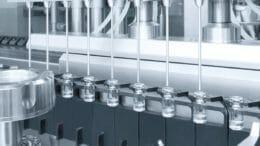 Kapazitäten für die Impfstoffproduktion: Impfstoffabfüllung in kleine Fläschchen