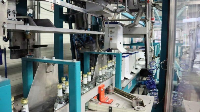 Über-Kopf-Verpackungslösung: Separieren der Flaschen zu Sechsergebinden mit anschließendem Überstülpen des Kartons