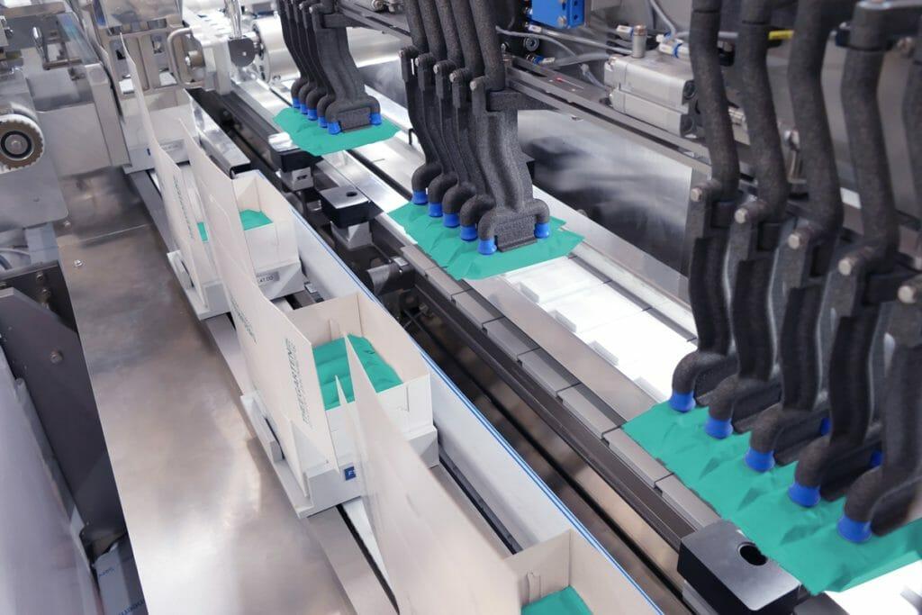 Der Kartonierer BLM ist speziell für die Anpassung an eine Primärverpackungsmaschinen im Hochleistungsbereich konzipiert.