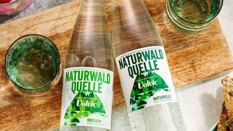 Volvic setzt bei der Naturwald Quelle auf Glasflaschen statt auf PET.