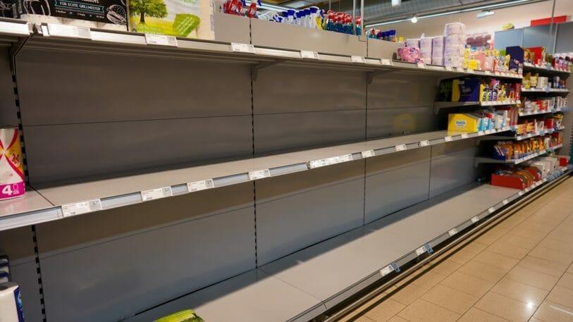Engpässe in der Lieferkette: leere Regale im Supermarkt