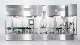 Ein Kostenfaktor beim Reshoring ist der Platz: Der Füllbereich bei dieser Syneton-Anlage ist hier besonders kompakt aufgebaut. (Bild: Syntegon Technology)