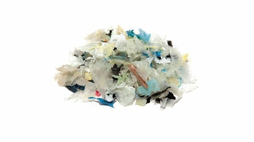 Zerkleinerte und gewaschene Flakes aus Verpackungen bilden die Basis für das Regranulat, aus der die neue Schrumpffolie hergestellt wird.