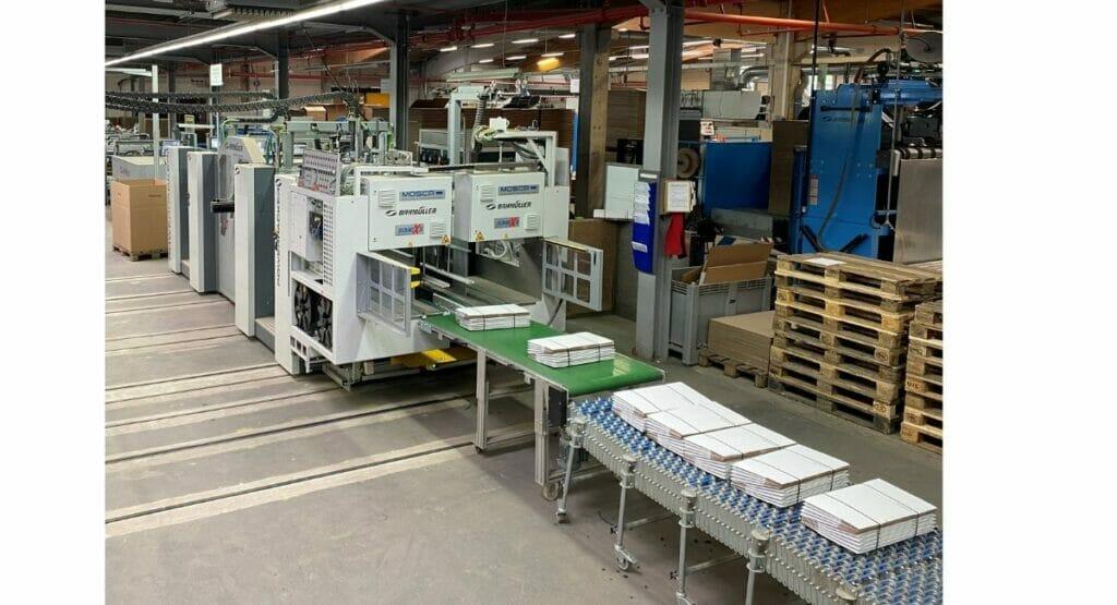 Vollautomatisch sichert der Powerpacker bei Mayer Kartonagen zwischen 7.800 und 13.000 Verpackungen pro Stunde für den Transport.