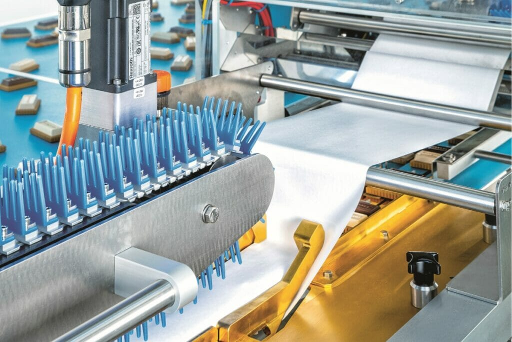 Der Flowpacker von Schubert ist in der Lage, auch Monofolien und wie hier papierbasierte Folien zu verarbeiten.
