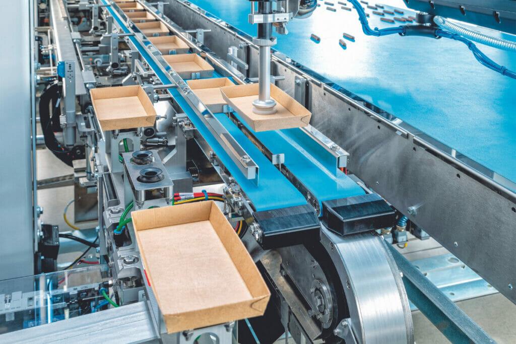 In weniger als 30 Minuten wechselt die Schlauchbeutelmaschine zwischen verschiedenen Formaten. Auch papierbasierte Trays, U-Boards und Folien werden unterstützt.
