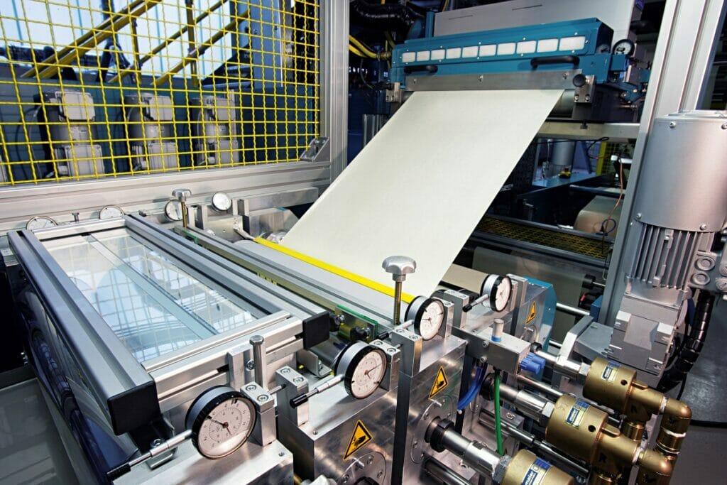 Silikonbeschichtung und UV-Härtung auf Thermopapier ersetzen das Trennträgermaterial.