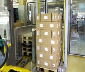 Mit Robatech automatisiert palettierte Kartons fertig für den Transport.